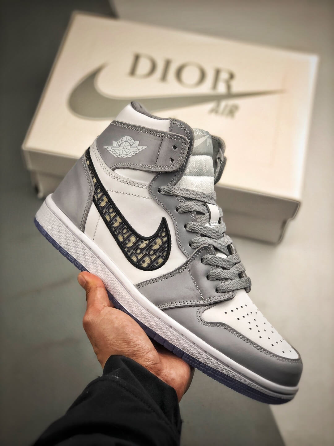the dior x air jordan 1 high sneaker white and grey upper top repshoes the quality replica sneakers supplier in china the dior x air jordan 1 high sneaker white and grey upper top repshoes