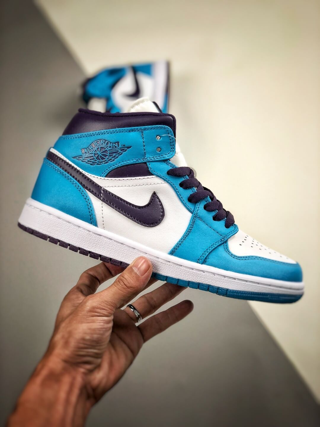 The Air Jordan 1 Mid Hornets Blue Lagoon and Grand Purple Leather Upper Jordan Wings Logo Repsneakers 02