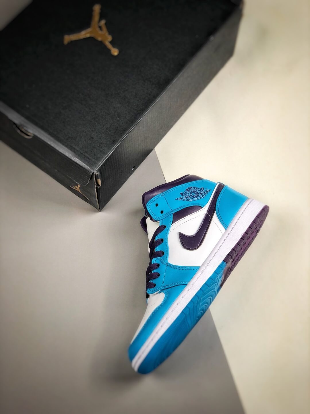 The Air Jordan 1 Mid Hornets Blue Lagoon and Grand Purple Leather Upper Jordan Wings Logo Repsneakers 09
